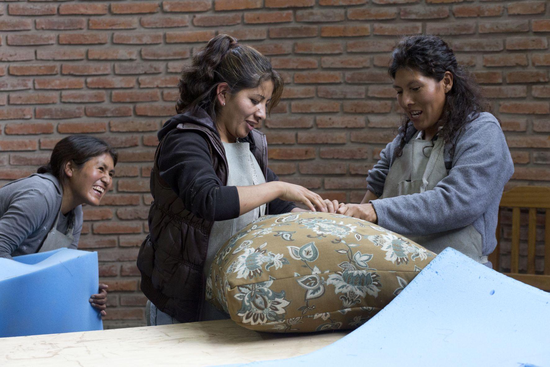 12.11.2015 BOL Bolivien Sucre - Organisation CJA in Sucre, Bolivien (Centro Juana Azurduy) - Ausbildunszentrum CETA - Polsterei - Cipriana Quiroga Yebara, 30 Jahre (rechts)